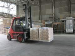 Un trabajador de la factoría de Cosmos en Córdoba transporta sacos de cemento