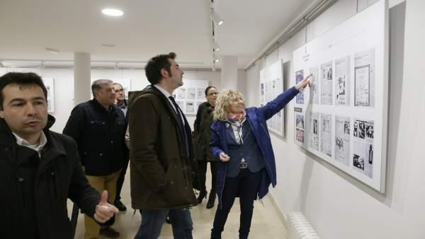 Tezanos visita la muestra sobre las murgas de Santoña