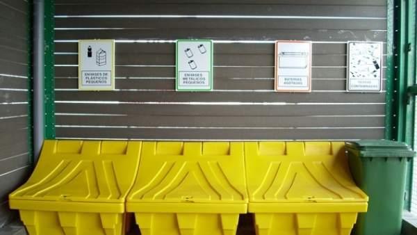 Bidones para residuos peligrosos recogidos en puertos pesqueros de andalucía