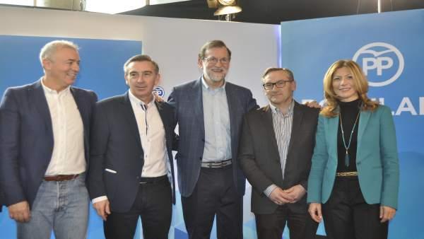 Rajoy con dirigentes del PP aragonés.