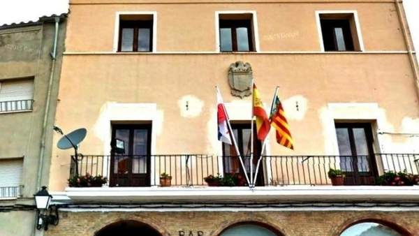 Fachada del Ayuntamiento con el escudo franquista