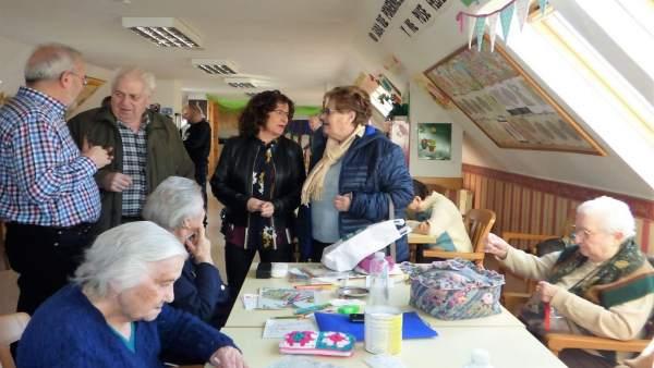 La consejera Broto visita la residencia de ancianos de Sabiñánigo (Huesca).