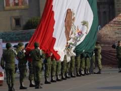México conmemora el Día de la Bandera izándola del revés