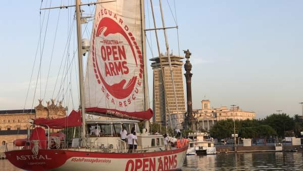 El velero Astral de Proactiva Open Arms zarpando de Barcelona