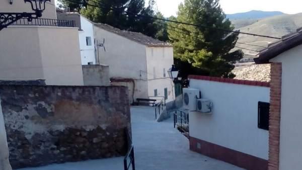 Una de las calles recientemente renovadas en Tierga (Zaragoza)