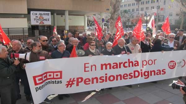Los pensionistas conentrados a las puerta de la Delegación del Gobierno