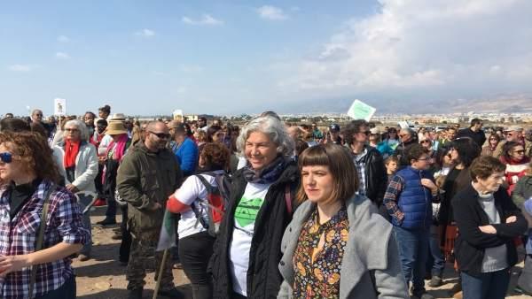 Cientos de personas piden más protección a Las Salinas de Roquetas