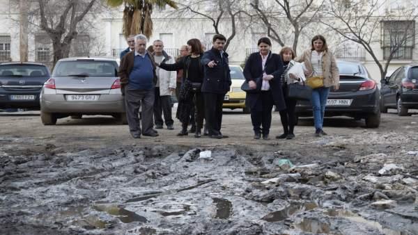 Beltrán Pérez visita el solar de la calle Campamento y critica su abandono
