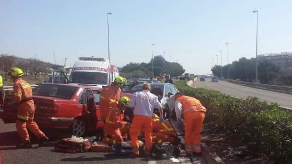 Los bomberos han rescatado a los ocupantes de los coches