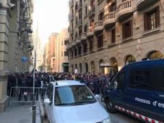 Los Mossos cortan la Via Laietana de Barcelona por protestas contra la visita del rey