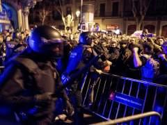 Momentos de tensión entre Mossos y manifestantes contra la visita del rey