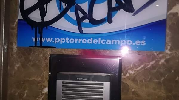Pintadas en el cartel de entrada a la sede del PP de Torredelcampo