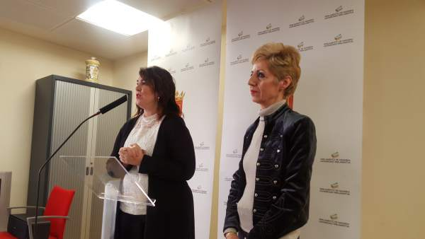 Ainhoa Aznárez, junto a la alcaldesa de Viana.