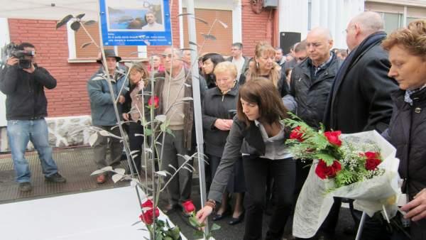 Ofrenda Floral De Homenaje A Isaias Carrasco, Con Su Hija Sandra