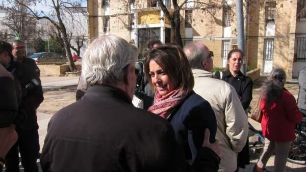 Isabel Ambrosio charla con vecinos
