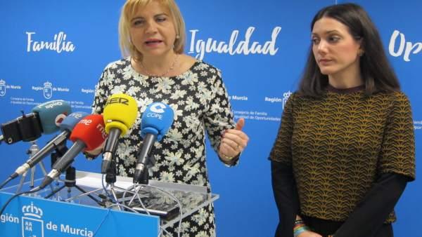 La consejera Violante Tomás junto a Alicia Barquero