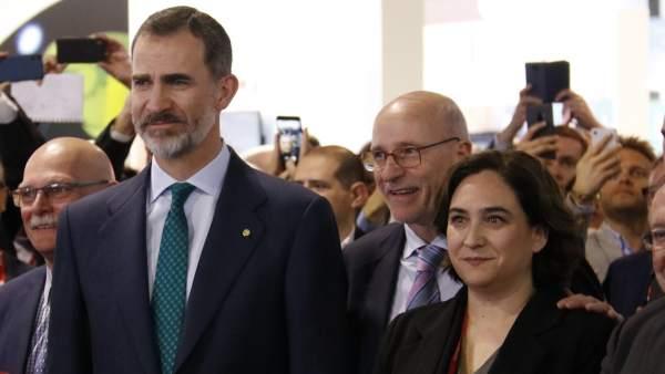 El Rey junto a la alcaldesa de Barcelona.
