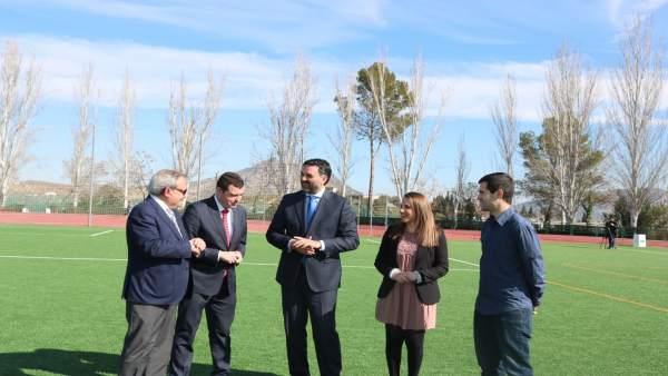 El consejero (centro) entre el alcalde y la delegada en Priego