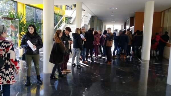 Funcionarios de justicia hacen cola para pedir el cese de Rueda