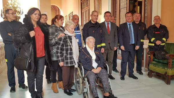 Familiares de los bomberos fallecidos con representantes municipales