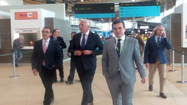 El presidente del Patronato de Turismo, Ignacio Caraballo,en aeropuerto de Faro.