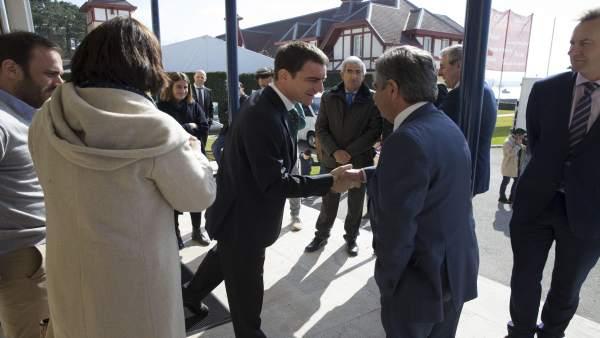 Miguel Ángel Revilla saluda, en presencia de Gema Igual, al líder de GSW