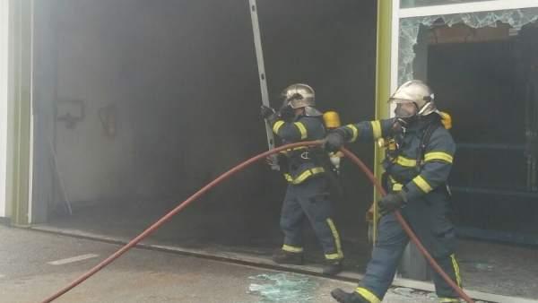 Bomberos del Consorcio extinguen el fuego en una nave industrial de El Puerto