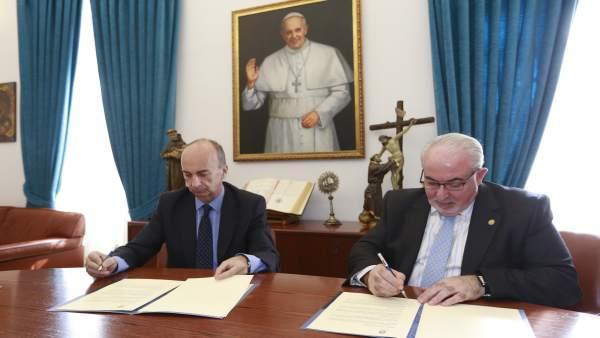 Firma del convenio entre UCAM y Farmaforum
