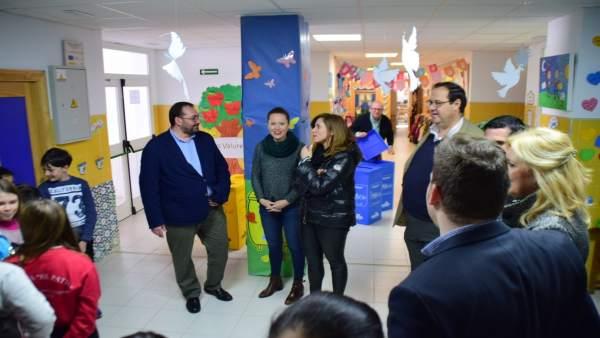 Nota Y Fotos/ Cerca De Un Centenar De Centros Educativos Recibirán Contenedores