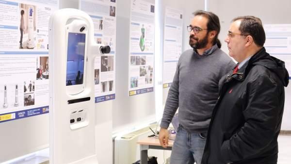 El rector de la UPO, Vicente Guzmán, inaugura la exposición