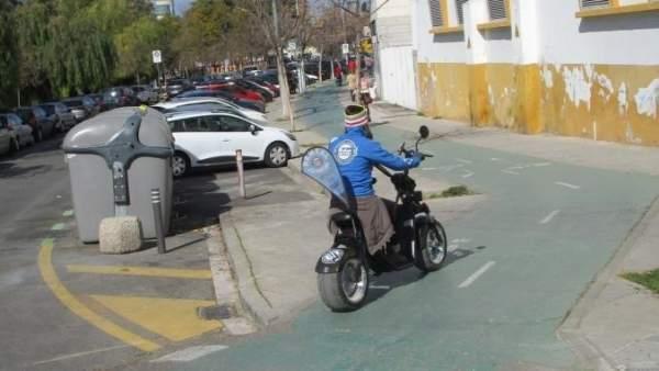 Moto eléctrica circulando por un carril-bici de Sevilla
