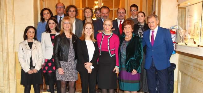 Encarna Samitier (3i), directora de 20minutos; Pilar de Yarza, presidenta editora de Heraldo (2d) y Fernando de Yarza López-Madrazo, presidente de Henneo (4d, segunda fila), rodeados de autoridades políticas.