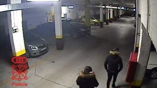 Imagen de los dos menores accediendo al garaje.