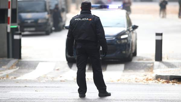 La Policia salva una dona que va quedar atrapada en l'incendi de la seua casa en Patraix (València)