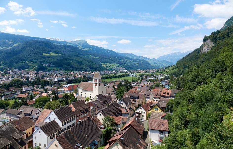 LIECHTENSTEIN. País centroeuropeo sin litoral que es resultado de la unión de dos enclaves: Vaduz y Schellenberg. El principado es conocido por ser un paraíso fiscal. Su principal atractivo es su vida cultural, gracias a sus teatros, museos, conciertos y galerías artísticas. El castillo medieval de Vaduz también es imprescindible.