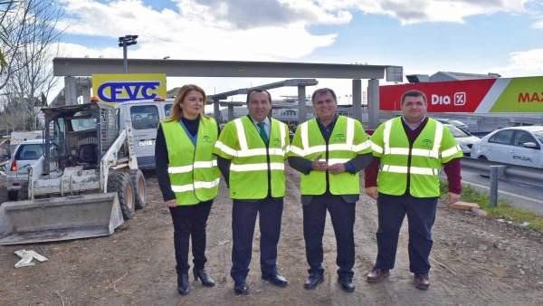 Ruiz Espejo visita los trabajos de la pasarela peatonal en San Pedro