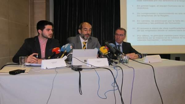 Javier Navarro de Adimur en el centro presentando encuesta