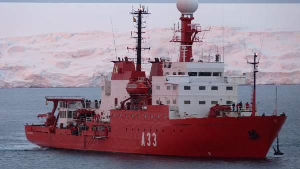 Hespérides (A-33), el barco que transporta a los investigadores a la Antártida