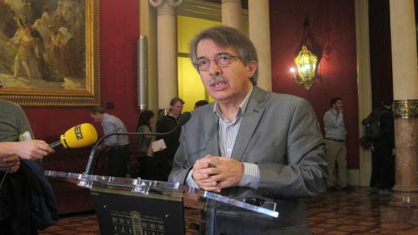 Xavier Pericay en los pasillos del Parlament