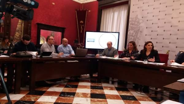 La concejal de Movilidad, Raquel Ruz, a la derecha, explica nuevo mapa de bus
