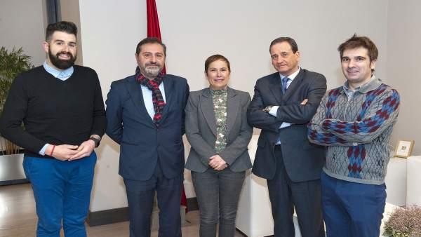 Barkos con los representantes del colegio y la asociación navarra de periodistas