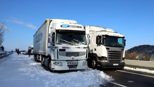 Camiones parados en la nieve.