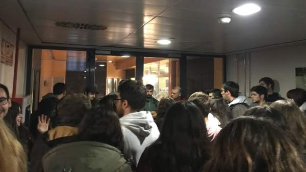 "Estudiants protesten en el Rectorat de la UV contra la ""precarietat"" i la pèrdua de classes per la vaga d'associats"