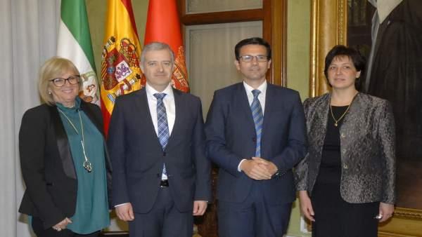 El alcalde, Francisco Cuenca, recibe a una delegación de Bulgaria