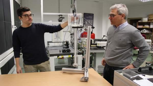 Gutiérrez y Martínez, junto al modelo in vitro utilizado para el estudio.