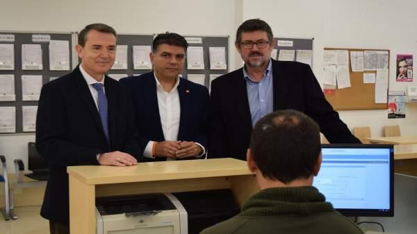 Pérez Navas,  Cazorla y Esteban presentan el escrito en el registro