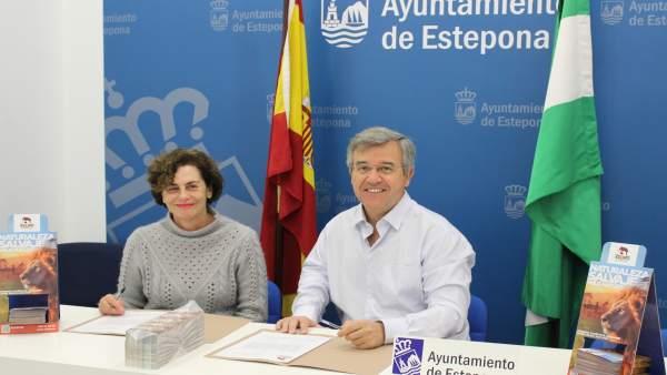 García Urbano alcalde de Estepona en rueda de prensa