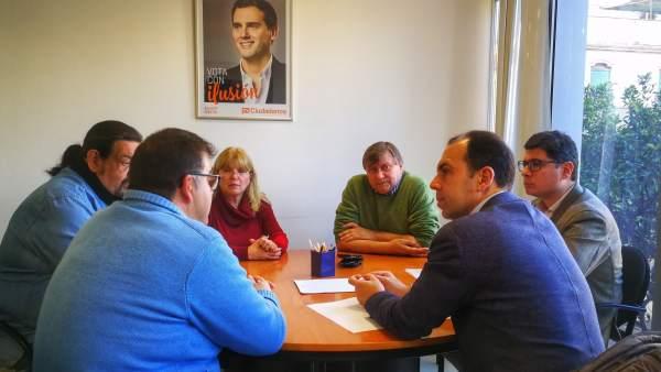 Millán reunido con la plantilla municipal de Huévar