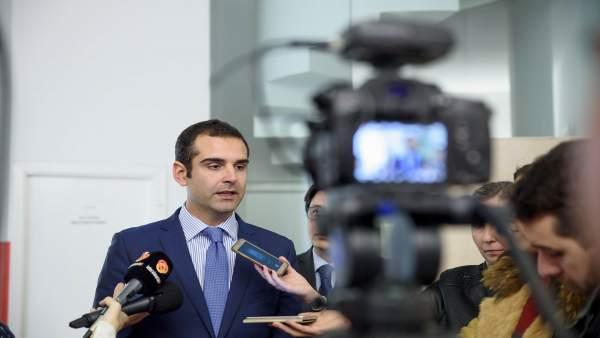 El alcalde atiende a los medios de comunicación