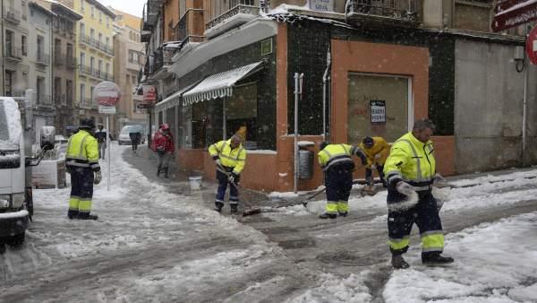 Trabajadores del PEMUVI echando sal y limpiando las calles de Huesca